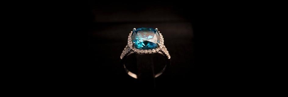 Una fantasiosa creazione di anelli fashion da donna artigianali