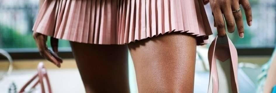 Collezione di minigonne griffate in vari tessuti,colori fashion,in tante taglie,per la donna moderna impegnata nella professione e per ogni occasione,sottolineano l'aspetto sbarazzino e sexi, modelli di tendenza.